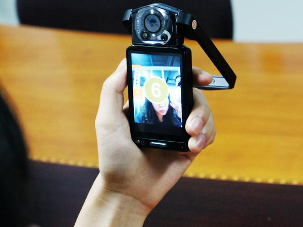 自拍達人 玩轉TR100   最近幾年,年輕時尚的MM似乎都迷上了自拍這種拍攝方式,爭相在網絡空間里上傳超萌的自拍圖片。各大相機廠商也瞄準了這一市場并開始絞盡腦汁大做文章,比如三星推出的雙屏數碼相機,當相機設置為自拍模式時,就會自動開啟位于相機正面的顯示屏,通過這塊顯示屏調整拍攝者自己的姿勢,以達到最佳自拍效果。   得益于其旋轉的身體,卡西歐TR100當然要利用這一外形優勢在自拍功能上下一些功夫。菜單里有自拍快門的設置,打開自拍定時器,可以選擇有2秒和10秒定時,根據需要選擇就可以。當然,自拍時