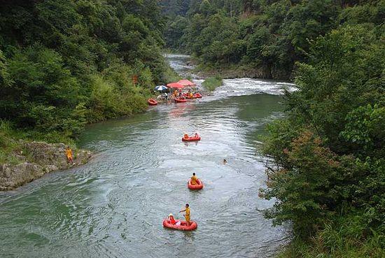 来源:贵州旅游在线   2010年8月28日,一群好朋友相邀到贵州台江新开发的景区翁密河漂流(今年7月18日开漂),早上九点从贵阳出发,一路上比较顺利,在约240公里的高速路上(贵阳凯里台江全程高速)行驶了近2个半小时,到台江县城下高速后,开上直达翁密河景区旅游公路(约40公里,约1小时),这队人马属于拖家带口的,开得很稳,中午12点就到了翁密河漂流起漂点附近的金红阳生态园(之前还路过红阳山庄,档次比这个低一点)。因有朋友介绍(哥们说金红阳有一道美味和周围有茂密的植被住着舒服),直奔到金红叶住宿和F
