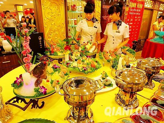 3000浦烧烤火锅店也将象征着喜庆红火的中秋火锅团圆宴带到了现场进行