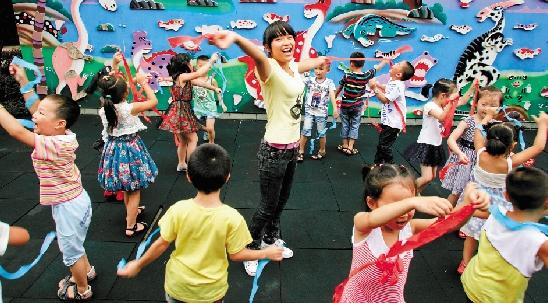热爱幼教岗位的叶霄雯,与孩子们快乐地玩起了游戏.-最美姑娘 圆图片