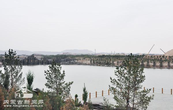 乌海市乌达区巴音赛沟治理工程现场,隐隐可见将来休闲公园的影子.