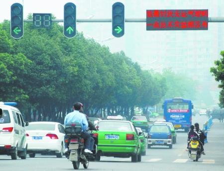 乐山交警部门在城区红绿灯路口的电子显示屏上推出另类交通宣传标语