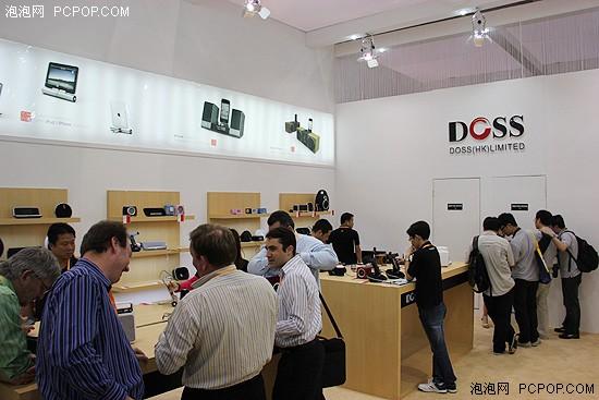 doss的展台设计,风格和苹果专卖店的风格非常相似,一袭白色的主