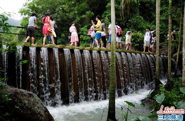 中外游客在海南三亚亚龙湾热带天堂森林旅游区参观游览