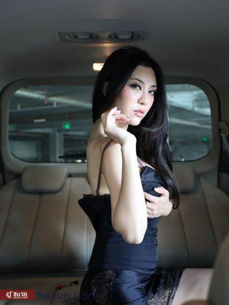 大饱眼福豪车内美女换衣露肉图v美女美女要求车震图片