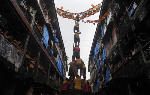 """组图:印度——克里希纳神诞辰上的""""人体金字塔"""""""