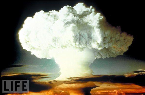 """1954年,在""""常春藤行动""""核试验(OperationIvy)当中,美国在马绍尔群岛的埃尼威托克环礁上试爆了一颗代号为""""迈克""""的氢弹。""""迈克""""是美国试爆的第一颗技术完全成熟的热核武器,爆炸威力达1040万吨TNT当量。"""