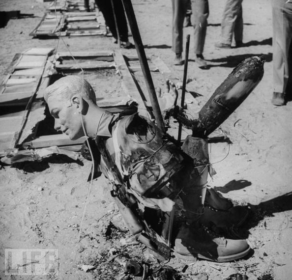 爆炸过后,这些安放在爆炸点附近的假人已被毁坏殆尽。