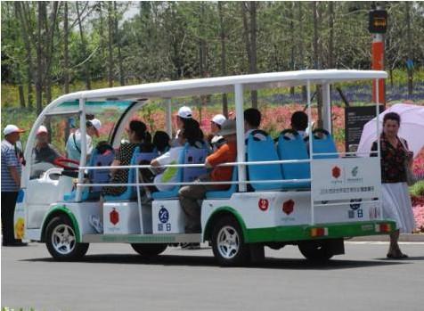 游客乘新日观光电动车游世园
