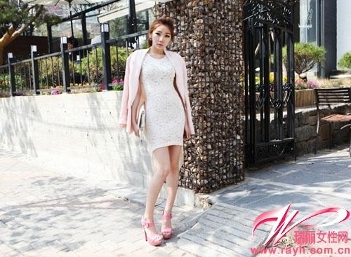 白色紧身蕾丝连衣裙搭配裸粉色长款西装外套以及同色