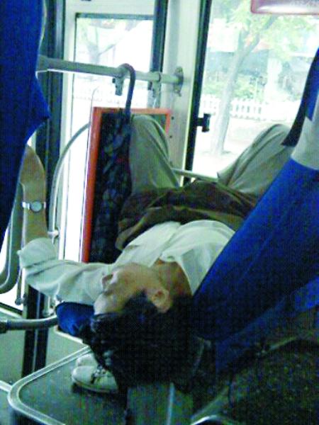 公交车 睡觉哥 霸占座位引不满高清图片