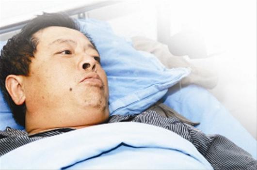 据《华商报》报道8月26日2时许,位于陕西省延安市安塞县境内的包茂高速公路发生一起特大交通事故,一辆满载旅客的双层卧铺客车与一辆运送甲醇的重型罐车发生追尾碰撞,导致客车上36人死亡。这起特大交通事故,只有三名幸存者。他们向记者讲述了逃生那惊心动魄的5分钟。   魏雪梅:司机一把推出我,自己却被夹住   魏雪梅是四川巴中市玉山镇人,今年4月1日才来到呼和浩特打工,她是这次灾难里的3名幸存者之一。   25日下午,魏雪梅带着几个月打工挣来的钱踏上返乡之旅。我的铺位在驾驶室后面第三排,追尾后,我的卧铺床掉了