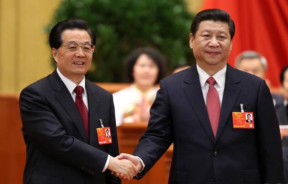 习近平当选国家主席 胡锦涛与其亲切握手