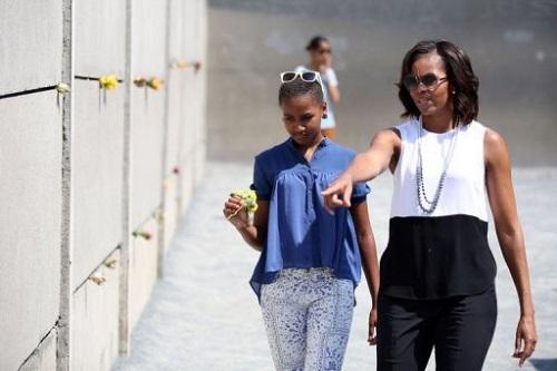 米歇尔和女儿向柏林墙献花