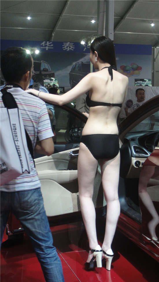 玲珑曲线全裸露 美女车模迷人的背后风光
