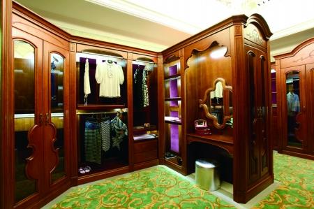 纯原木定制的欧式风格衣柜,为异型空间,个性需求量身定制.