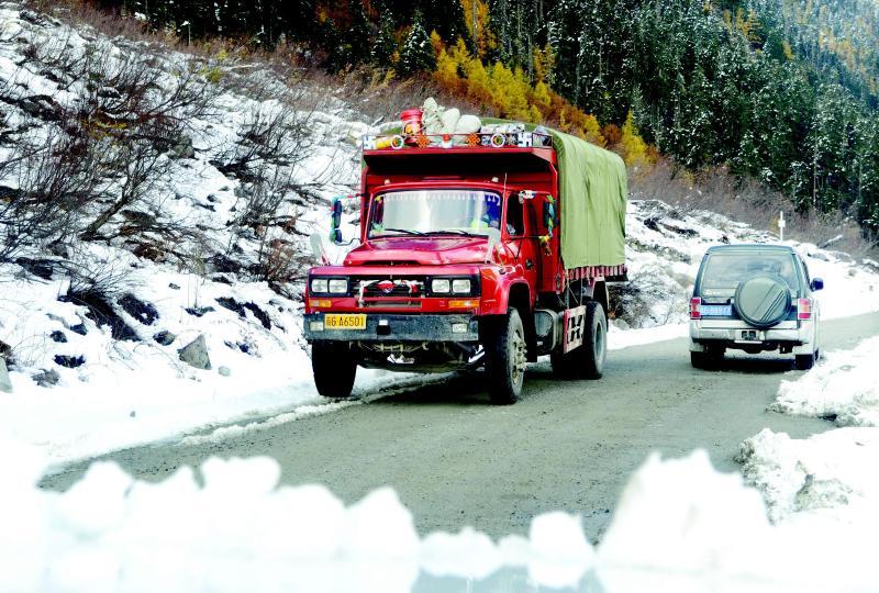 10月31日,车辆行驶在墨脱公路上.墨脱公路于10月31日正式