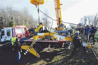法国警方打捞出失事直升机主体残骸 图gj