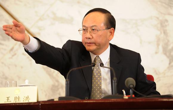 图文:政协新闻发布会主持人王胜洪