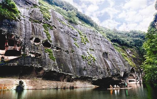 九龙潭景区是泰宁世界自然遗产和世界地质公园水上丹霞地貌的精品.