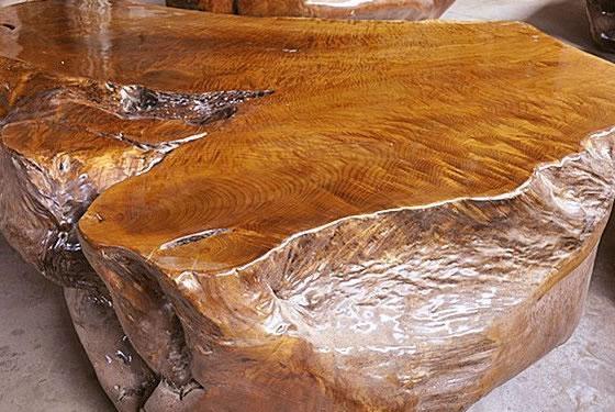 作为软木之王,随着金丝楠木作品跃身拍场,其历史地位、价值体现以及目前行业中出现的1克金丝楠木价值等于10克黄金等乱象都一一显现,值得业界推敲与反思。   金丝楠,是对楠木中美丽花纹的形容,不特指某种楠木。楠木属樟科,有五十多种,主要产自云、贵、川三省,是明清时期建造宫殿、庙宇、陵墓的主要建筑用材。因其大且直、少弯曲空洞、不易变形、防腐等特点,深受皇帝喜爱,成为宫廷建筑的主要用材。较著名的包括紫禁城的大量建筑构件、承德避暑山庄楠木殿、明十三陵建筑构件以及宫廷中的一些内檐装修等,另外还有一些采用楠