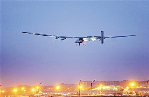 """当日凌晨6点06分,世界上最大的太阳能飞机—""""阳光动力2号"""",在重庆停留"""