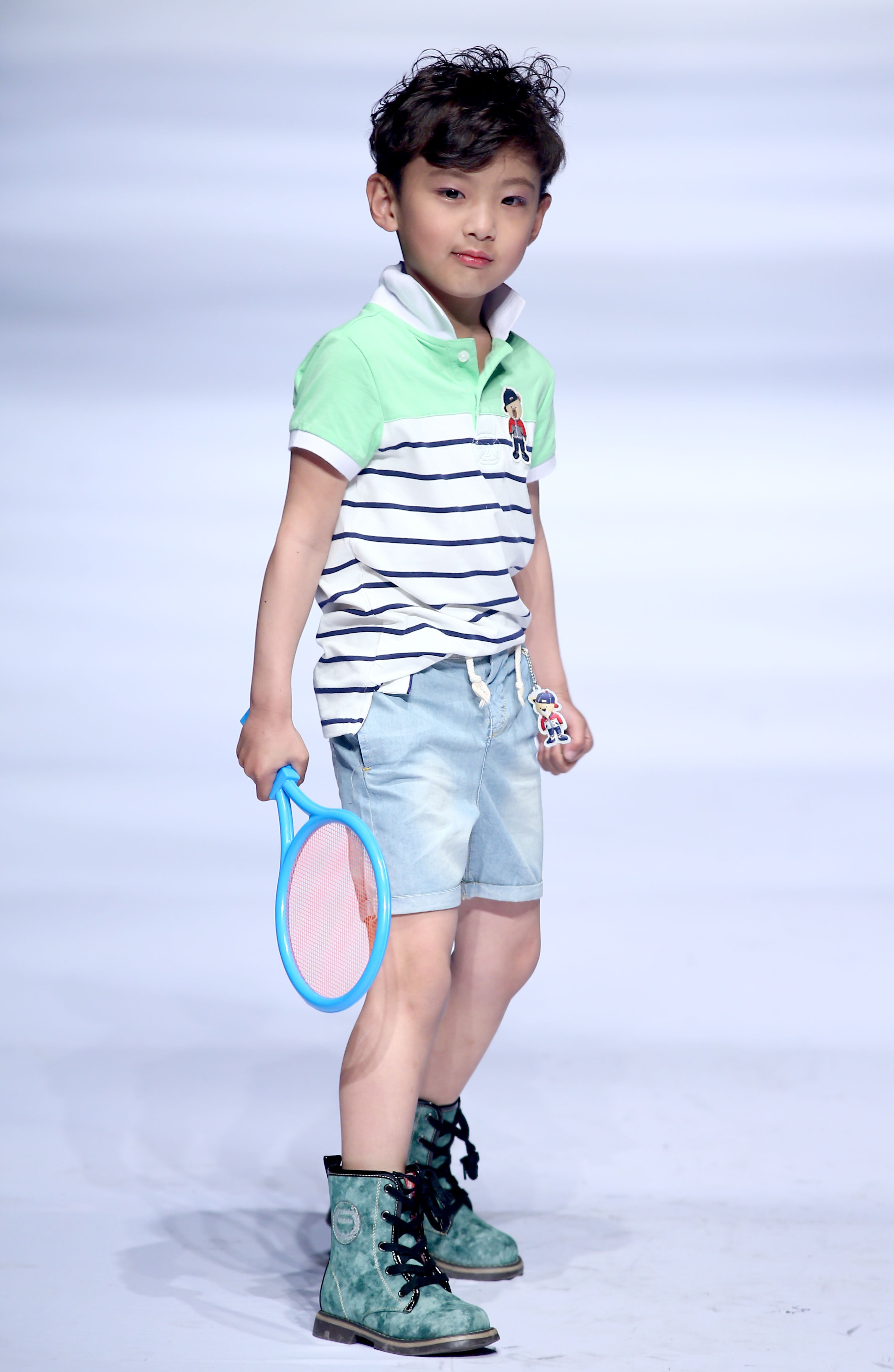 """4月26日,小模特在""""2015青岛国际时装周·童装联合发布会""""上展示童装"""