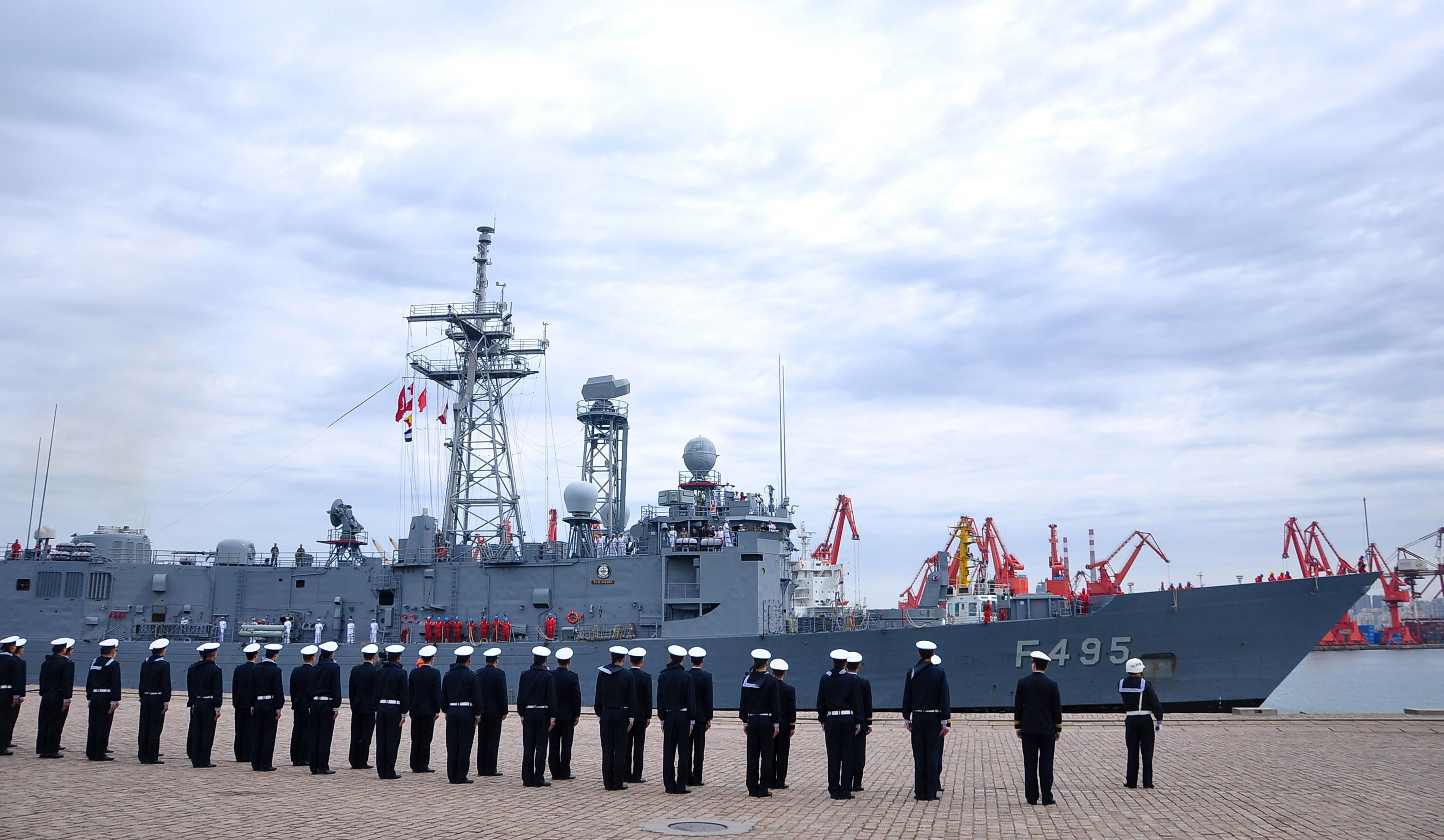 """土耳其海军""""盖迪兹""""号护卫舰抵达青岛"""