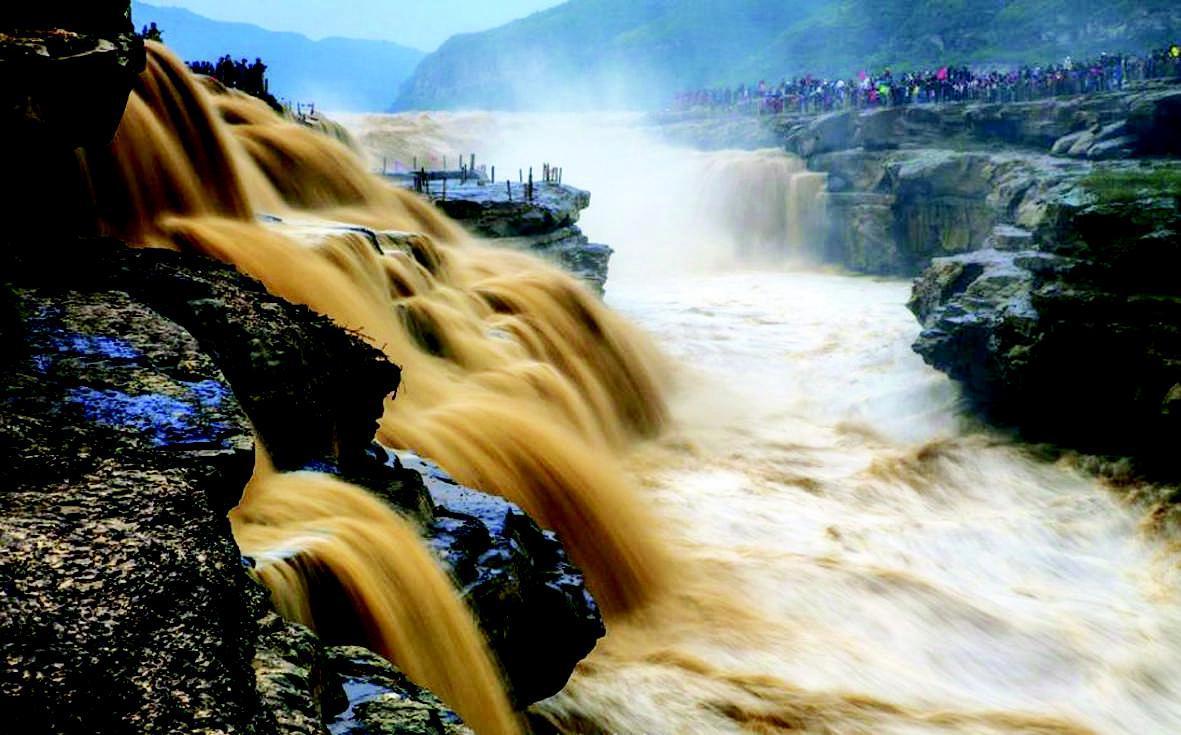 10月下旬开始到11月7日,陕西宜川县出现历年深秋少有的连续降水天气,降水量为历年同期的2倍至3倍,壶口瀑布迎来冬汛。黄河奔腾而下气势磅礴,吸引了众多游客和摄影爱好者。央视
