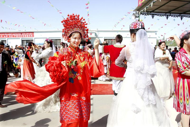 本报记者于兮   身着洁白婚纱的维吾尔族新娘,跳起欢快麦西热甫的汉族新郎,数千名民汉村民的现场祝福   4月25日,民族团结一家亲兵地融合一家人集体婚礼,让温宿县共青团管理区佳木镇尤喀克佳木村成了欢乐的海洋。载歌载舞的各族群众,共同见证了一场别开生面的民汉青年集体婚礼。   少数民族文明和汉族文明交汇融合,我们这场婚礼永生难忘!新人亚库甫卡斯木和麦热叶姆达吾提喜滋滋地告诉记者。   多民族多元文化交融与汇合的这场集体婚礼,只是民族团结壮歌激荡温宿县的一个缩影。   从层层落实责任,确