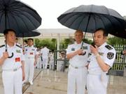 海军司令亲自为电磁弹射专家打伞