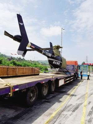 一辆货车搭载一架直升飞机进入涪陵东服务区