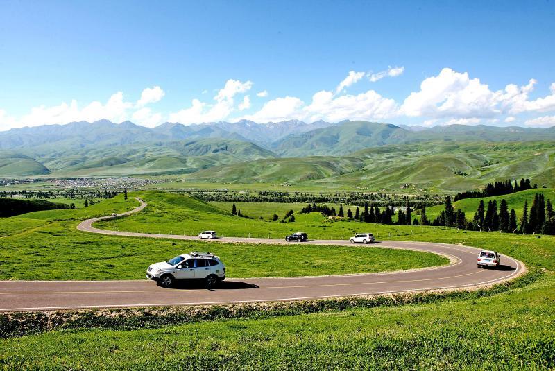 任江耿蕾   绿色是那拉提的基色,让人欣喜而萌动憧憬。   去年夏天,一条掩映在绿色中的公路将新源县那拉提镇阿拉山村和国家5A级景区那拉提景区紧紧连接在一起。   那拉提景区盘龙松乌孙古墓公路是新疆建成并投入使用的首条景区生态公路,为这个小小的村庄带来别样的生活:全村70多户牧民不再为出行犯难,蜿蜒曲折的公路还带来了许多操着各地方言的内地游客,给村里人带来了丰厚的旅游收入。   如今,村庄依然是绿意葱茏,美不胜收,新修建的道路丝毫没有破坏绿色的山林,还为小小的村庄带来了滚滚财富,让他们原本诗意栖居的生