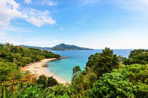 新岬海滩(Laem Sing)随着复兴后的普吉岛重返游客最爱的海滩的榜单。这里有最棒的餐馆、啤酒吧、咖啡馆,每年11月到次年1月,海面平静、气候干爽,是进行潜水及各项水上运动的最佳时间。